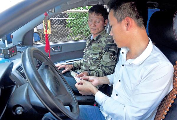 Taxi chạy đua công nghệ cạnh tranh Uber, Grab