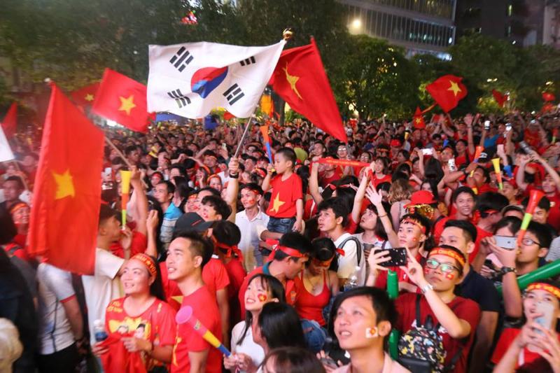 Tại phố đi bộ Nguyễn Huệ, không khí ăn mừng chiến thắng vỡ òa sau khi trọng  tài thổi còi kết thúc trận đấu
