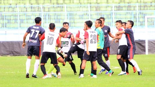 Hỗn chiến kinh hoàng, đuổi đánh trọng tài ở giải bóng đá Indonesia