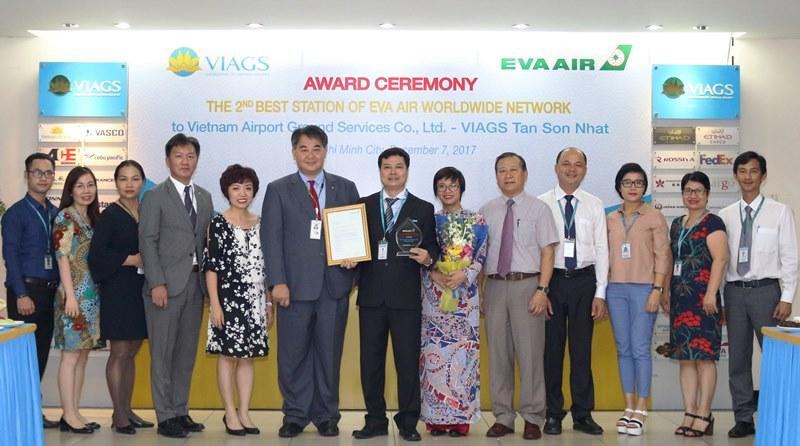 Ong Wallace Lin TGD Eva Air trao chung nhan cho VI