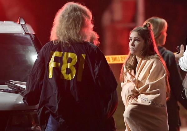 FBI nói chuyện với nhân chứng gần hiện trường vụ v