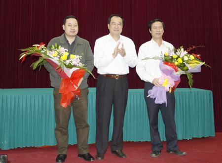 Thứ trưởng Lê Mạnh Hùng tặng hoa cho Tổng Biên tập Báo GTVT và Tổng Biên tập Báo Bạn đường trong lễ công bố quyết định