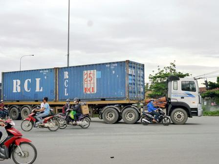 Các doanh nghiệp vận tải kiến nghị không thu phí rơ moóc phía đuôi xe.