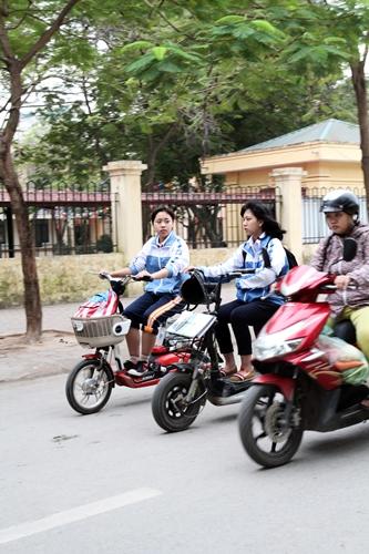 Song song đi cùng xe máy không chút an toàn.