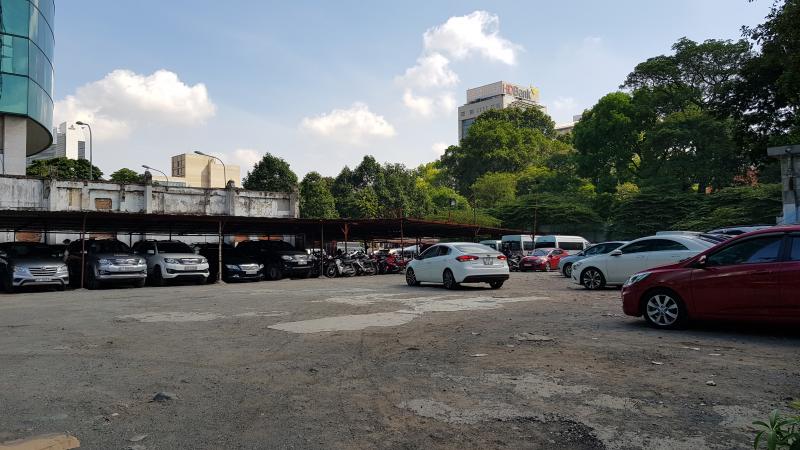 Bên trong khu đấtkhu đất gần 5000 m2 đang được sử dụng làm bãi trông xe.