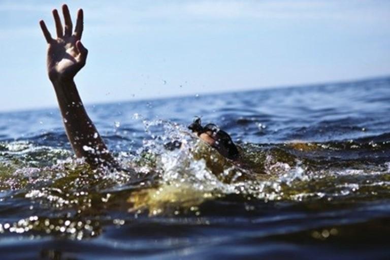 Bé 3 tuổi chết đuối thương tâm trong hồ nước hàng xóm