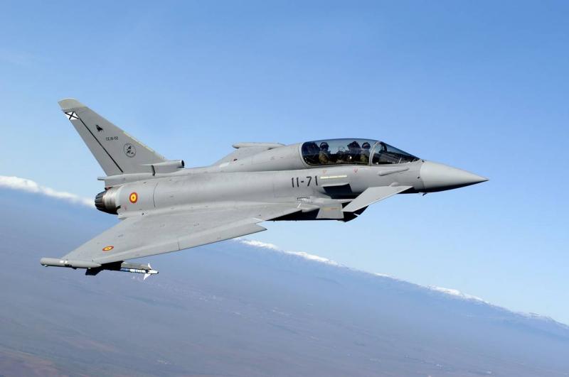 Máy bay Không quân Tây Ban Nha rơi khi đang diễu hành
