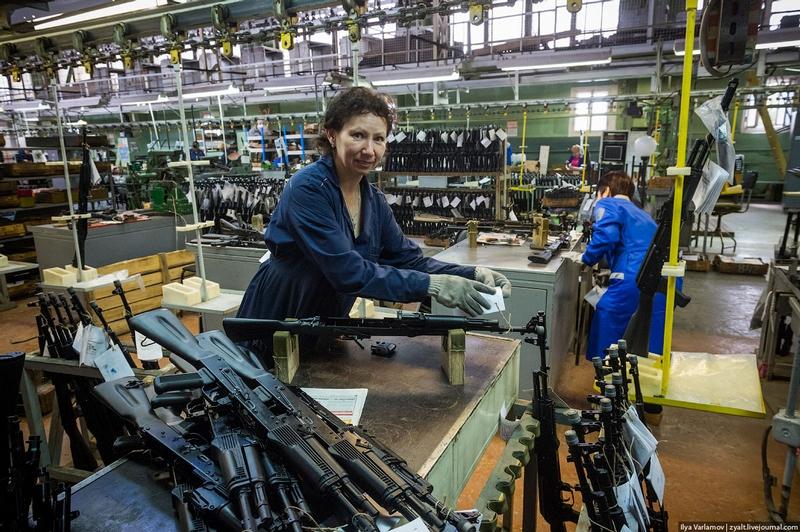 Bên trong một nhà máy sản xuất súng trường AK