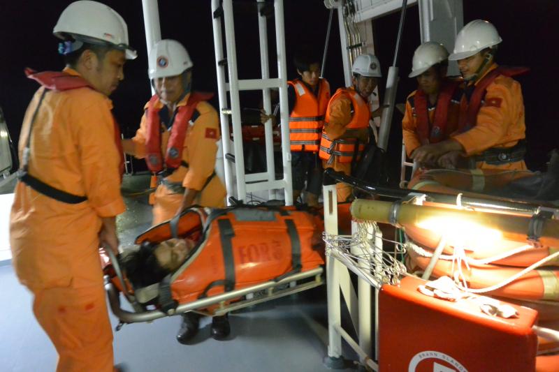 Bệnh nhân Trần Văn Ty được đưa lên tàu cứu nạn tro
