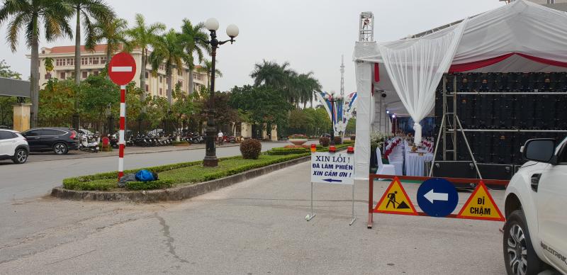 Nguyên phần đường từ Chùa Chuông ra quốc lộ 39, đoạn trước mặt UBND và Tỉnh ủy Hưng Yên bị chiếm dụng để dựng rạp cưới