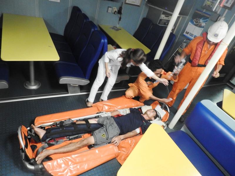 Vượt bão số 10 cứu ngư dân gặp nạn trên biển Hoàng Sa