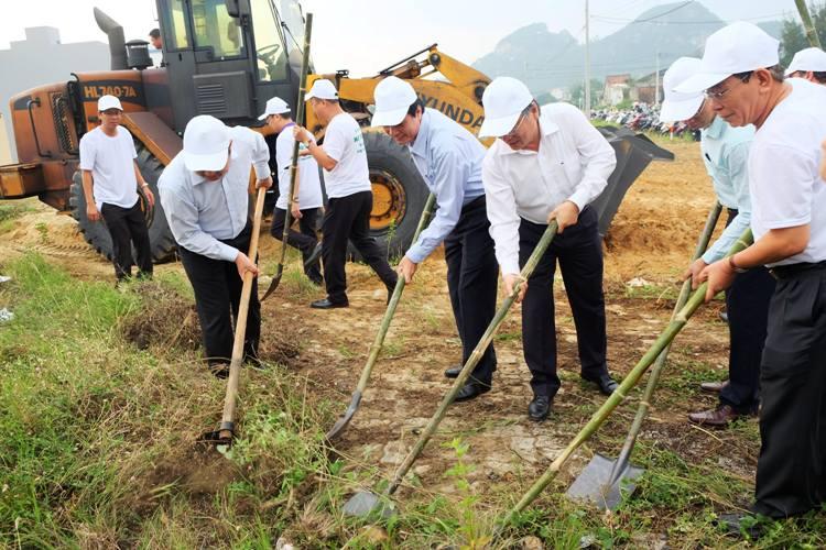 Image result for Chủ tịch Đà Nẵng cầm cuốc cùng người dân dọn vệ sinh