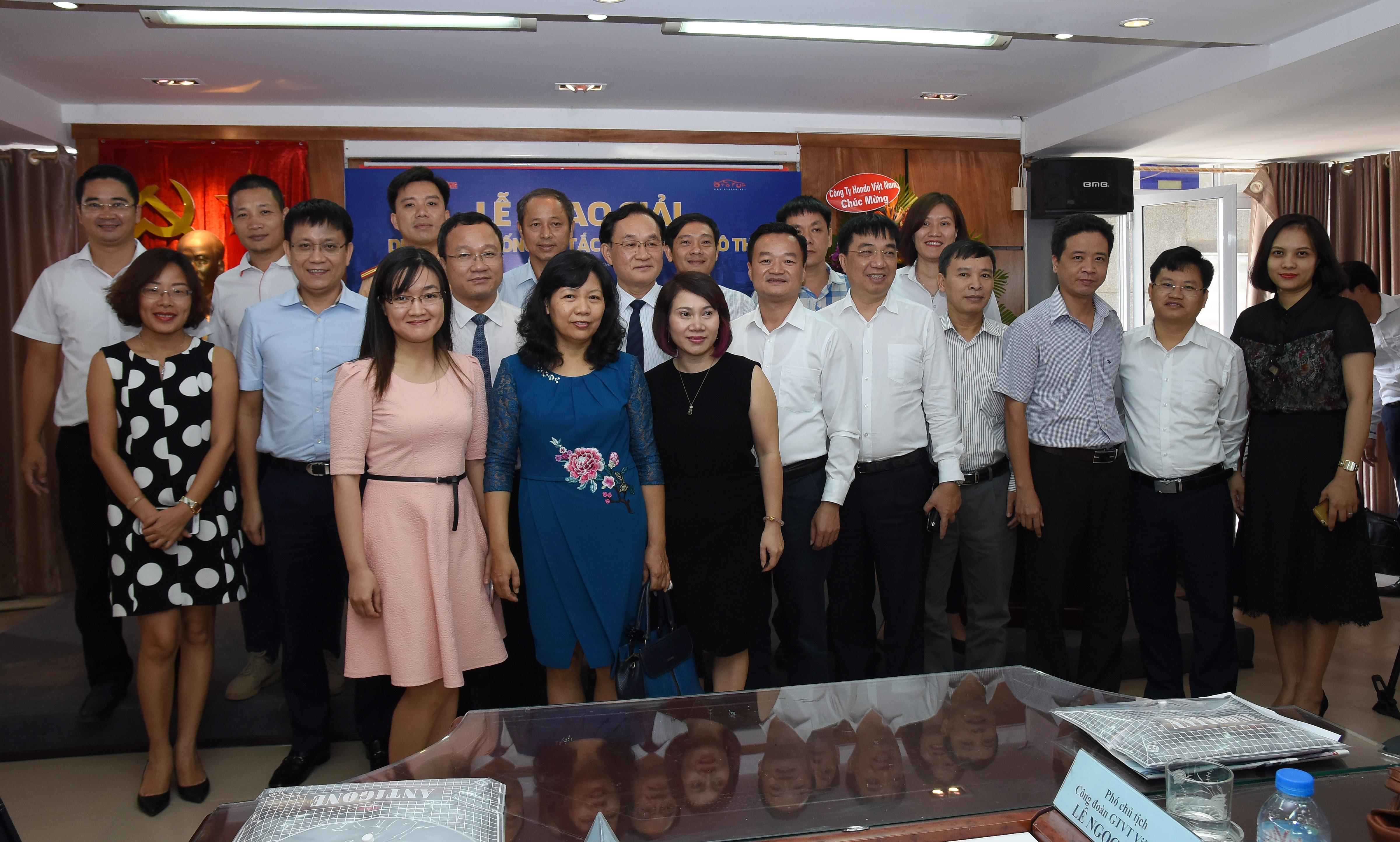Đại biểu, khách mời và các tác giả chụp ảnh lưu ni