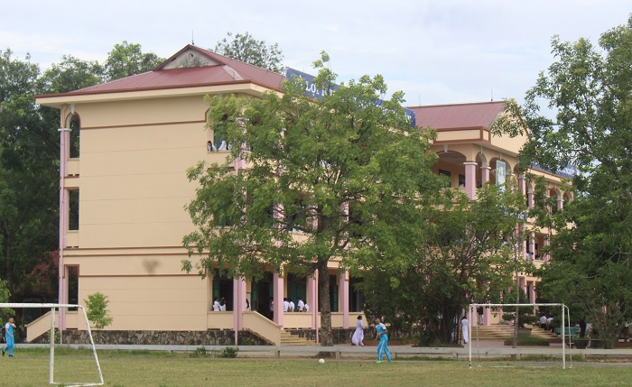 Đặc biệt, năm 1999, ngôi trường bên dòng sông Thạch Hãn này đã được Nhà nước tặng thưởng Huân chương Lao động hạng Ba và năm 2005 được Nhà nước tặng thưởng Huân chương Lao động hạng Nhì...