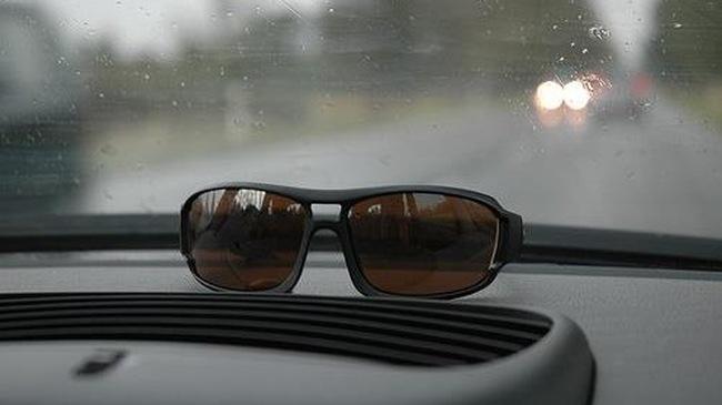có nên đeo kính râm khi lái xe trời mưa, ban đêm?