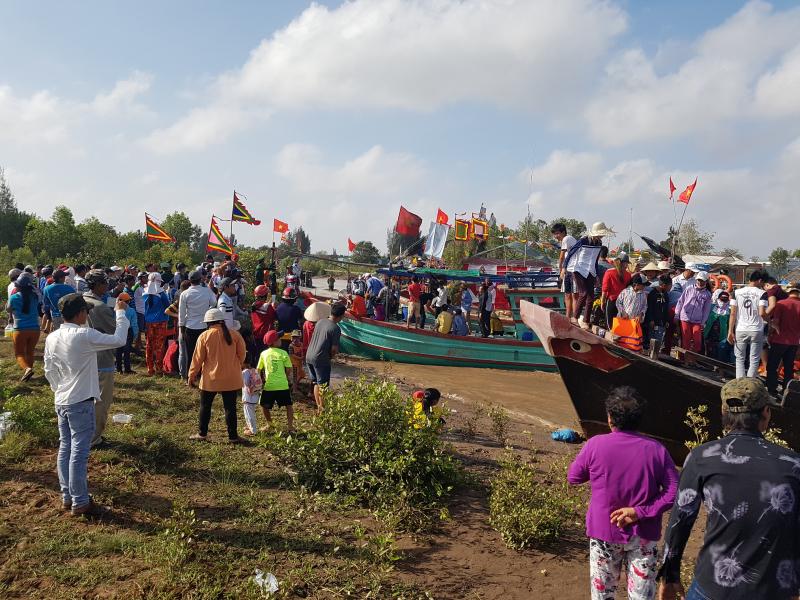 3. Dù trời khá nắng nhưng người dân vẫn đến đón Ôn
