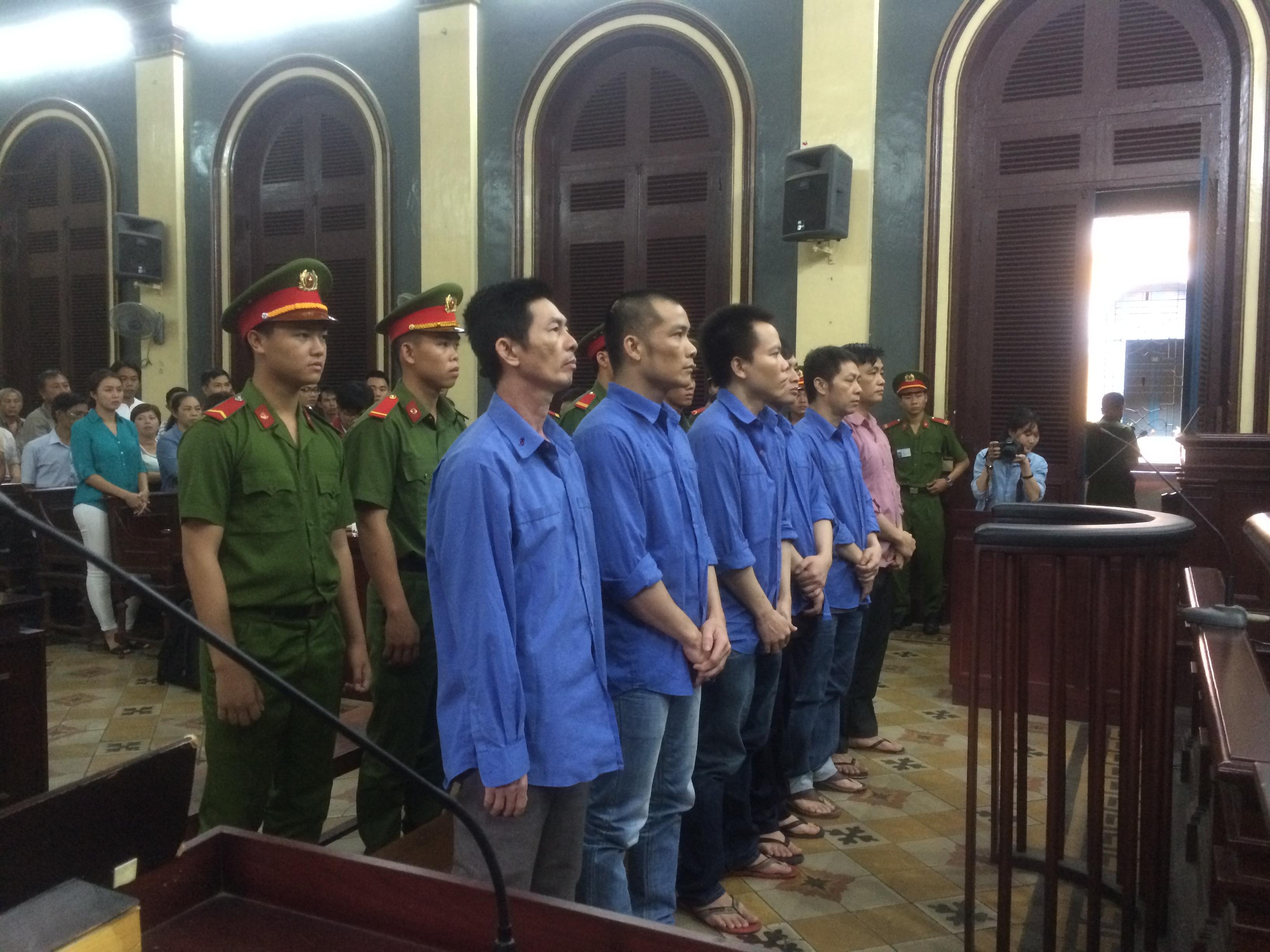 Các bị cáo trong băng \u201cgiang hồ\u201d bến xe Miền Đông do Nguyễn Trọng Ngôn cầm đầu được tòa trả tự do.