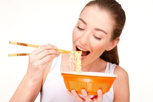 Mỗi gói mỳ bạn nên thêm rau xanh có thể là cải ngọt, súp lơ, cải xanh, giá  đỗ.