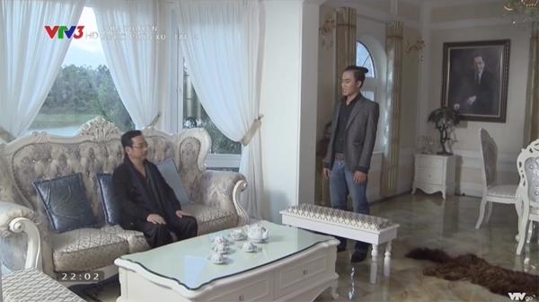 Không gian phòng khách được bày nội thất theo phong cách hoàng gia sang trọng.