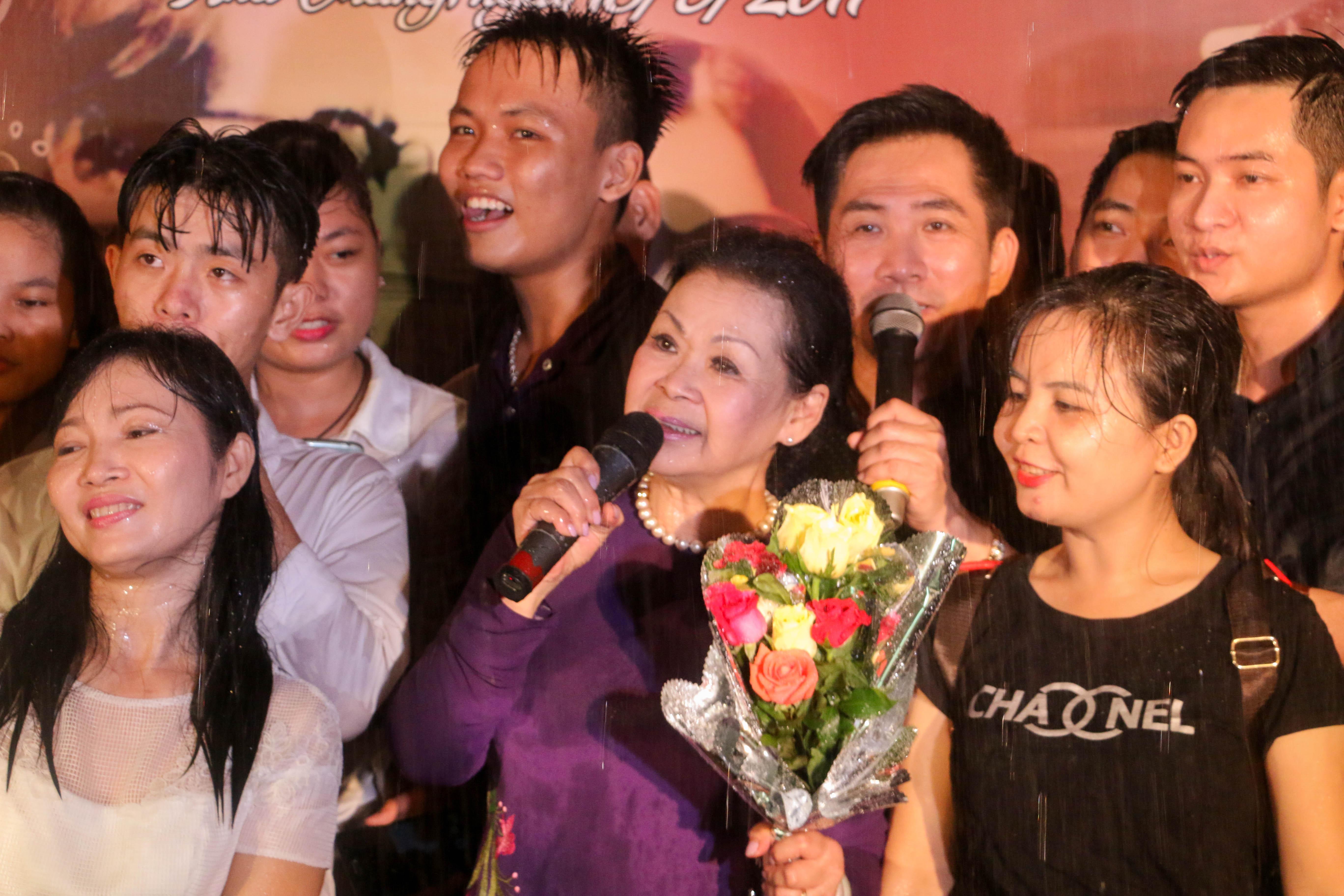 Ca sĩ Khánh Ly dầm mưa hát cùng sinh viên