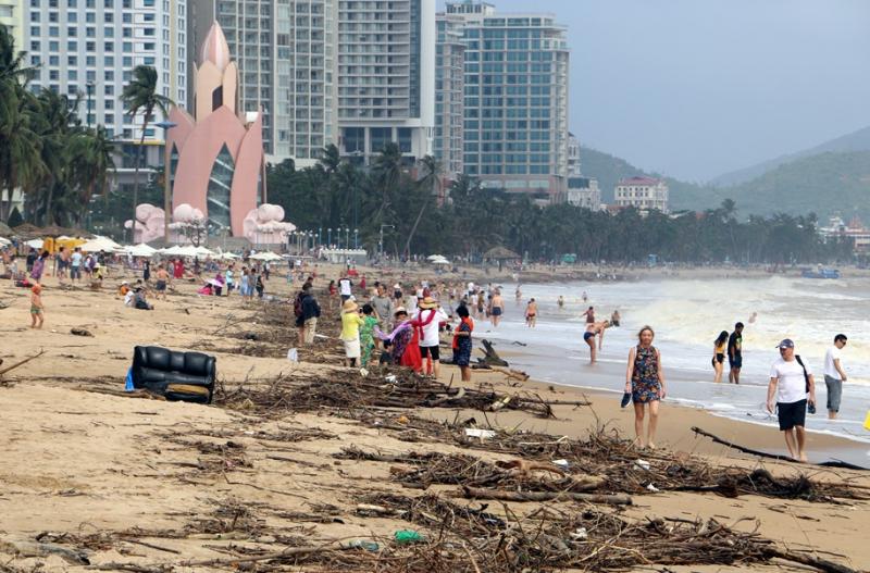 """Rác """"tấn công"""" bãi biển du lịch Nha Trang"""