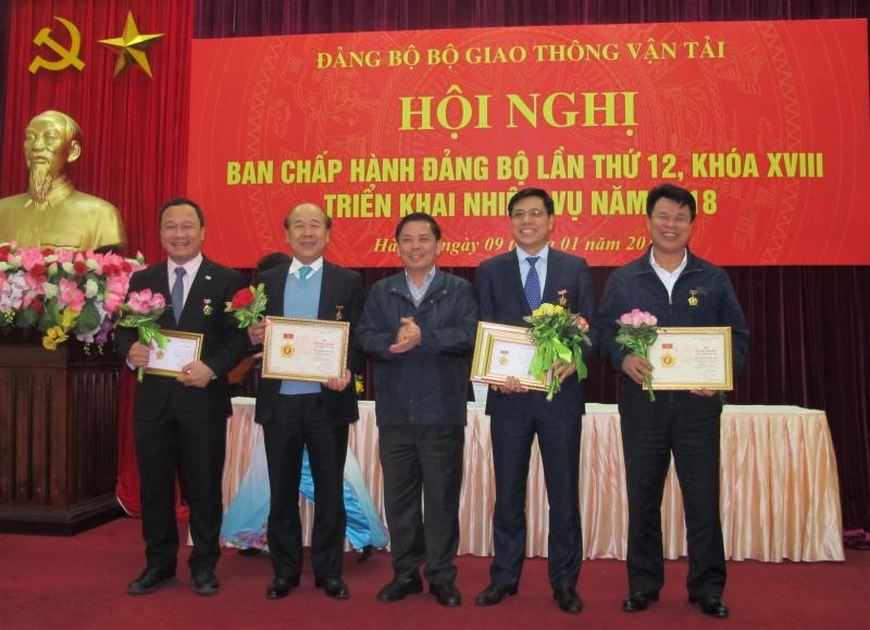 trao-ky-niem-chuong-cong-tac-dan-van