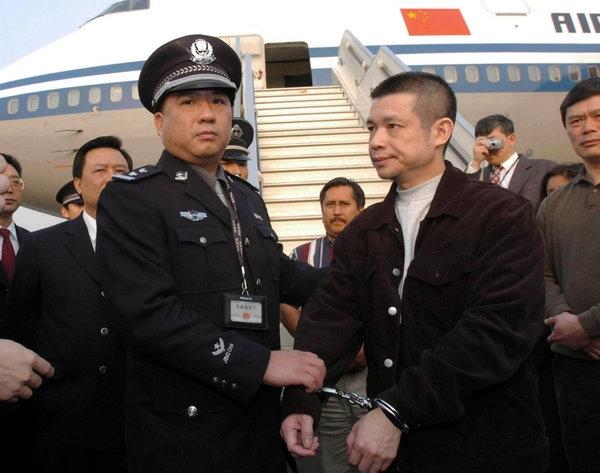 Dư Chấn Đông (phải) cựu giám đốc Ngân hàng Trung