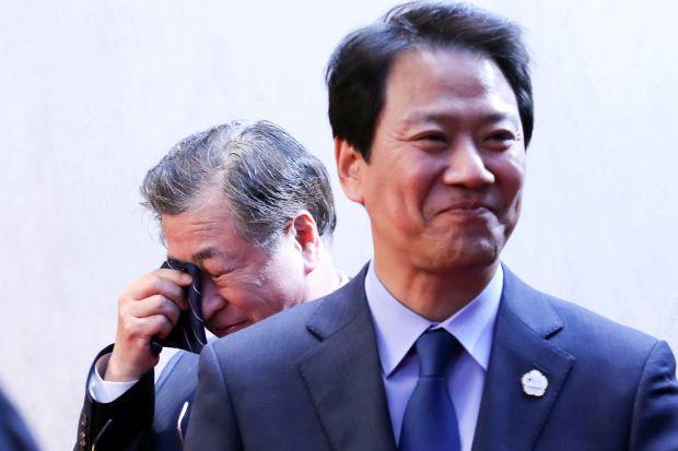 Hình ảnh ông Suh-hoon lau nước mắt sau khi