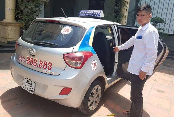 Tài- xế- xe- taxi- bung- cửa- chở- người- đi- cấp-