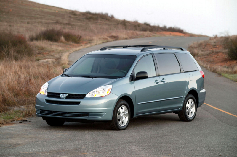 toyota-2004_-_2005_Sienna_LE_-_001