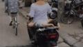 Phẫn nộ cảnh mẹ đầu trần chở con nhỏ nằm nghịch trên xe máy