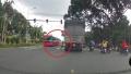 Video: Hết hồn bé gái lao qua mũi xe khách trên đường quốc lộ