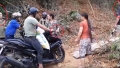 Yên Bái: Sạt lở đất, dân bắc ván kê đường để... thu tiền