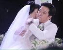 Trường Giang- Nhã Phương ôm nhau khóc trong tiệc cưới
