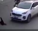 Video: Bé trai rơi từ xe đạp điện bị ô tô cán qua người