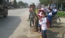 """""""Hiệp sỹ giao thông"""" 13 năm đưa học sinh qua đường"""