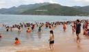Đổ xô ra tắm biển giữa trưa Tết Đoan Ngọ để cầu may