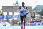 VĐV 33 tuổi phá sâu kỷ lục marathon thế giới