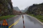 Hàng trăm m³ đá sạt lở xuống QL6, giao thông bị gián đoạn