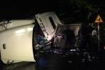 Xe container lật nghiêng đè bẹp xe tải chở bia, hai người thương vong