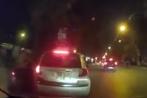 Video: Tài xế taxi dùng tuýp sắt đánh xe máy ngay trước chốt 141