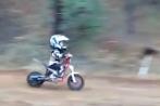 Video: Bé trai 4 tuổi biểu diễn lái motor địa hình gây sốc