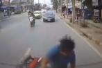 Xem điện thoại khi lái xe, thanh niên dính mặt vào ô tô