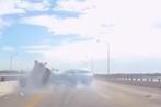 Video: Vượt ẩu, hai ôtô đâm dải phân cách nát đầu giữa cao tốc