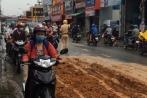 Clip: Xe tải rải bùn đất, phố Sài Gòn như ruộng cày
