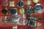 Giấu 21 chiếc đồng hồ trong quần qua sân bay