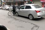 Người đàn ông chặn đầu ô tô bằng xe đạp giữa Hà Nội