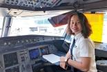 Nữ cơ phó 9X nói gì về nghề bay?