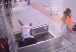 Dán mắt vào điện thoại, người phụ nữ ngã lộn cổ xuống hầm ngầm
