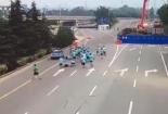 Sốc cảnh taxi đâm hàng chục người đang chạy bộ